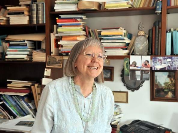 La poetessa Vivian Lamarque ritratta nella sua casa milanese (foto Duilio Piaggesi / Fotogramma)