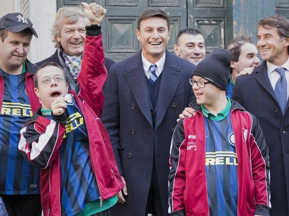 Javier Zanetti (Inter), Giancarlo Antognoni (Fiorentina) e Giovanni Carnevali (Sassuolo) in una foto ricordo con alcuni ragazzi della «quarta categoria»