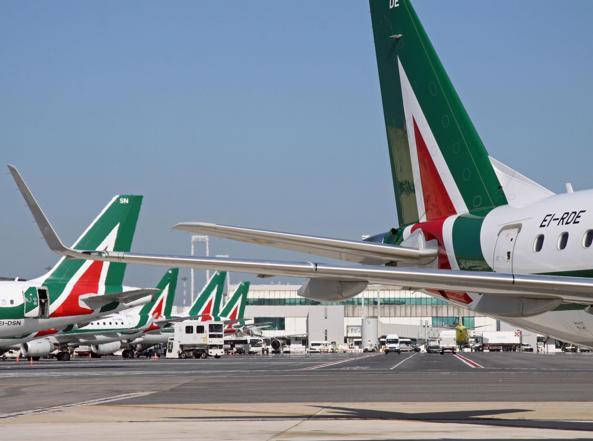 Alcuni velivoli di Alitalia allo scalo Fiumicino di Roma (Ansa/Telenews)
