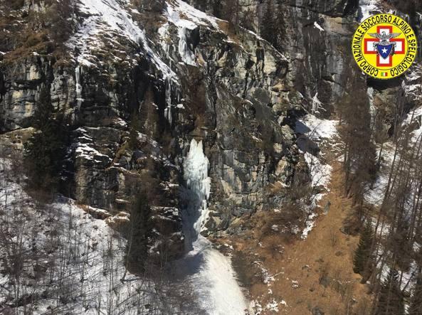 La cascata di ghiaccio crollata in un'immagine diffusa dal soccorso alpino (LaPresse)