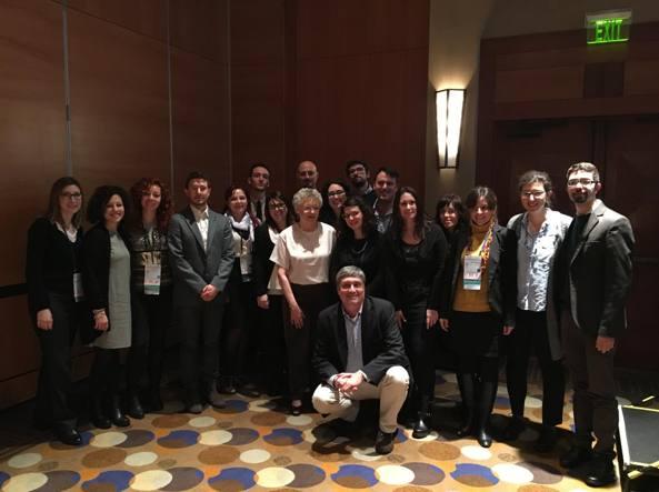 I 17 ricercatori con il premio Nobel Francoise Barré-Sinoussi, al centro, e Guido Silvestri (inginocchiato)