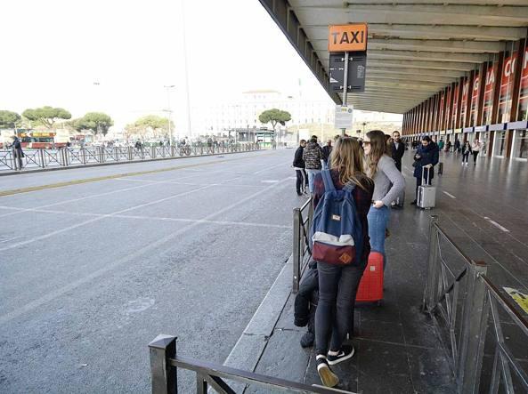 Turisti a Termini che aspettano invano un taxi  (LaPresse)