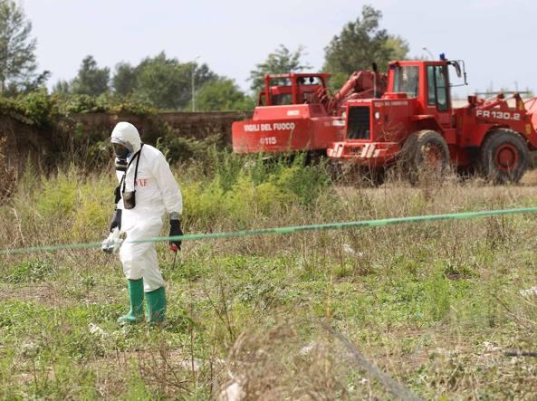 Scavi per il ritrovamento di rifiuti tossici a Casal Di Principe  in una foto di archivio (LaPresse)