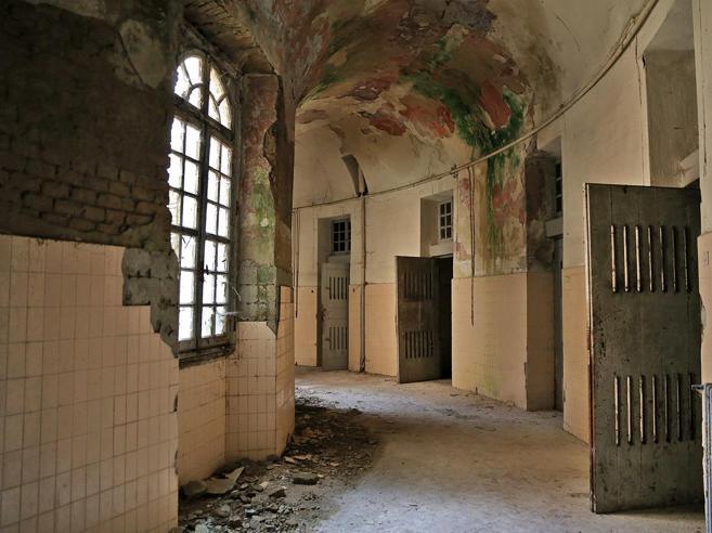 Le pareti della «rotonda dei furiosi»: dentro il manicomio di Voghera