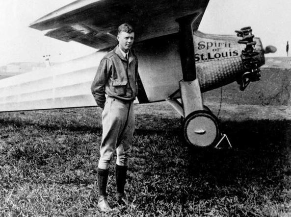 Charles Lindbergh fotografato davanti al monoplano Spirit of St. Louis nel 1927