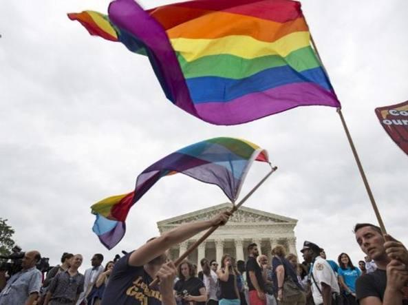 Festeggiamenti davanti la Corte Suprema dopo la storica sentenza che equipara matrimoni gay e unioni civili in tutti gli Stati Usa
