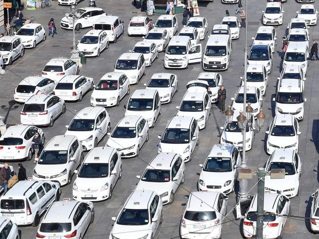 Tutte le differenze tra tassisti, noleggiatori e Uber: le licenze valgono fino a 400mila euro