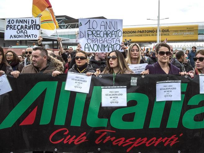 Alitalia,  lo spettro del commissarioGli stipendi dei piloti a confronto