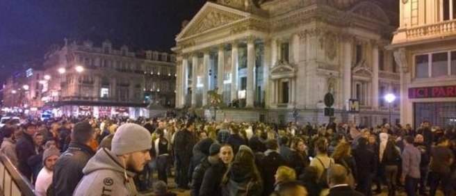 Bruxelles, evacuato  locale  per allarme bomba (poi rientrato) Foto |Fuga dal teatro | Video