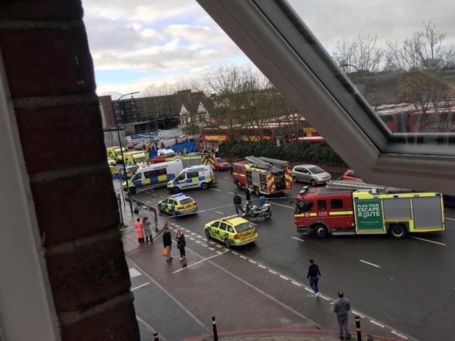 Londra, un'auto investe un gruppo di pedoni poi si schianta: 5 feriti