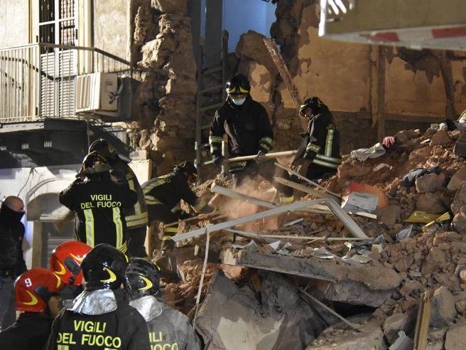 Esplosione a Catania, una mortaBimba grave Foto|Video|Mappa