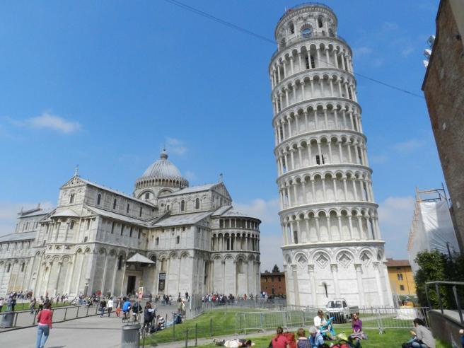 Una ruota panoramica vicino alla Torre di Pisa: sarà alta 50 metri