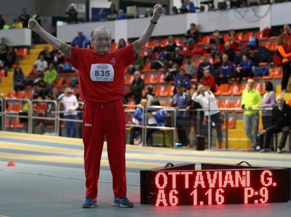 Giuseppe Ottaviani, 100 anni, dopo aver battuto il record del mondo nell'alto categoria M100 (Fidal)