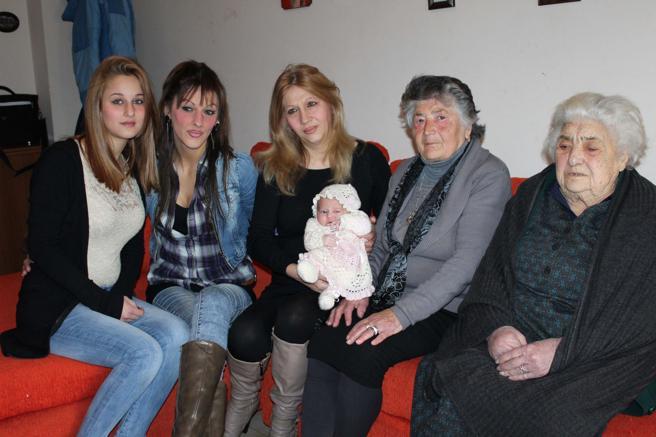 Da sinistra, Nadia (16 anni), Mariella (36), Emanuela (54), Nicole (neonata), Maria (75) ed Emanuela (93)