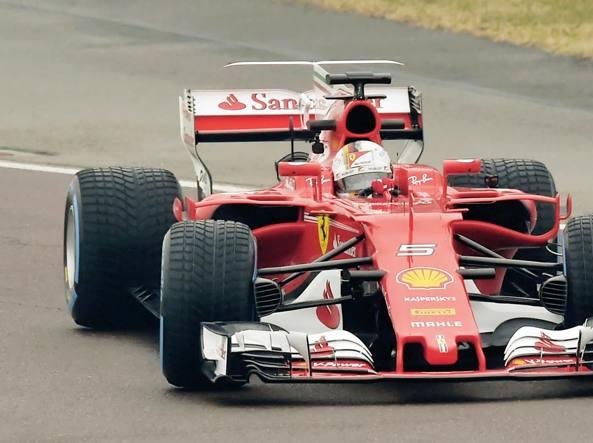 In pista Sebastian Vettel lunedì mattina guida la SF70H a Barcellona (Foto Colombo)