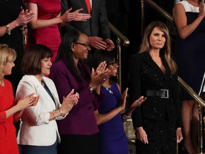 Trump al Congresso Usa: applausi per Melania (in nero), le parlamentari dell'opposizione tutte in bianco