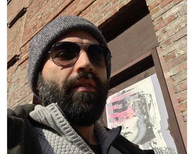 Occhiali, barba e cappello: il look inedito di Roberto Saviano