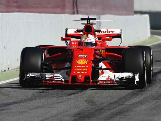 F1, Mercedes e Ferrari duellano Vettel ancora a ridosso della W08