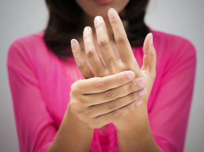 Dolori e gonfiori alle dita di mani e piedi: può essere artrite psoriasica