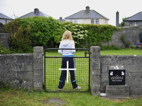 Fossa comune in Irlanda: mons. Neary (Tuam),
