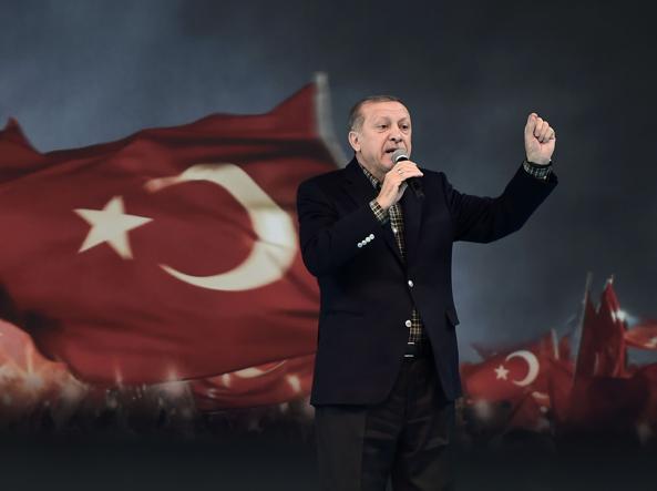Il presidente  Recep Tayyip Erdogan parla ad Istanbul ad una platea di donne del suo partito (Afp photo/ Ozan Kose)