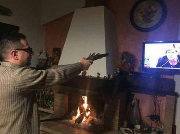 Zungari: il parroco pubblica su facebook foto in cui spara alla Camusso
