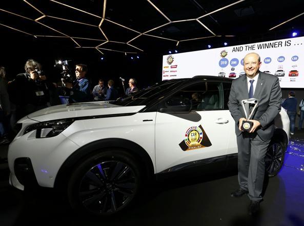 Jean-Philippe Imparato (Peugeot) riceve il premio «Auto dell'anno 2017» per la 3008