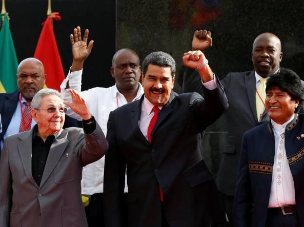 Da sinistra, Raul Castro presidente di Cuba, Maduro presidente della Bolivia e Morales presidente della Bolivia al summit per l'anniversario della morte di Chàvez, già a capo del Venezuela (Reuters)