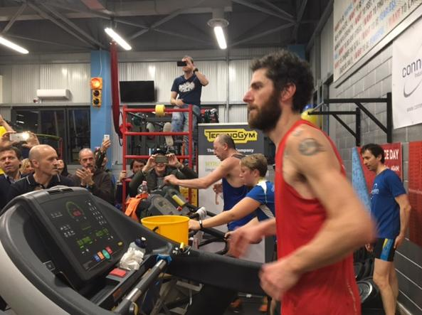Daniele Cesconetto sul tapis roulant completa la sua sessantesima maratona (42,195 chilometri) in due mesi