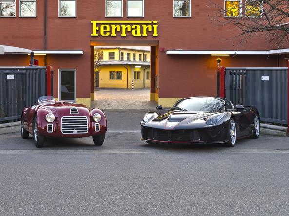 La prima Ferrari (125S) e l'hypercar «LaFerrari aperta» davanti all'ingresso di Maranello