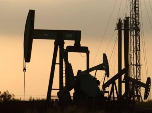 Prezzo del petrolio ancora ai minimi
