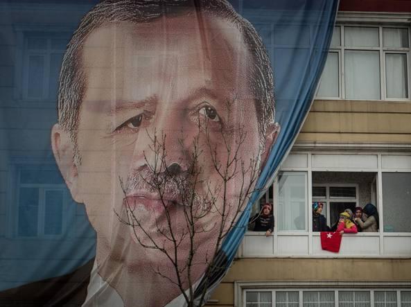 Ministro degli Esteri turco è atterrato in Francia dopo no Olanda