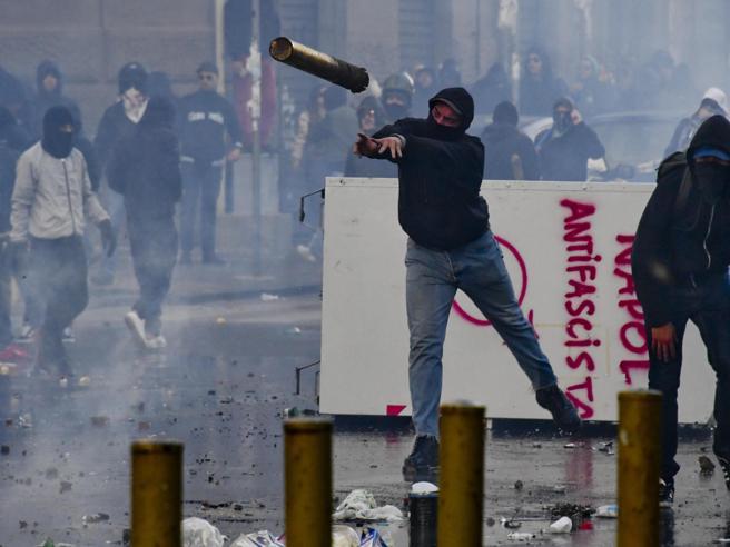 Molotov e sassi al corteo anti SalviniNapoli sotto scacco dei centri sociali