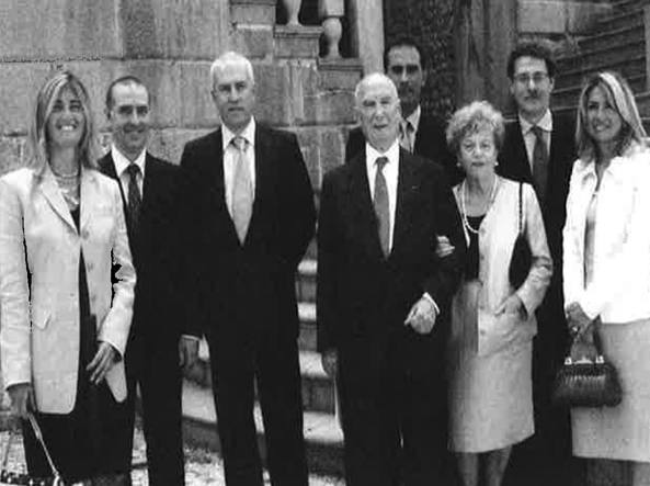 La famiglia Amenduni. Antonella, Maurizio, Michele, Nicola e Mariuccia. Alle loro spalle, Ernesto, Massimo e sua moglie Michela