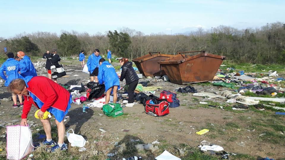RomaOstia, i podisti alla ricerca del borse finite nel campo rom