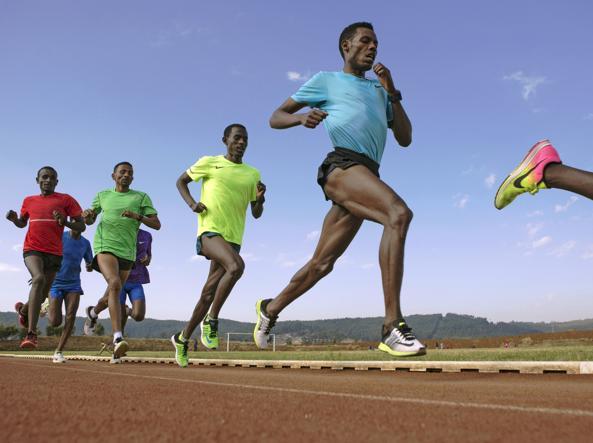 L'atleta etiope Lelisa Desisa, in primo piano, durante gli allenamenti ad Addis Abeba lo scorso 2 marzo. Desisa è uno dei campioni che sta provando a scendere sotto le due ore nella maratona (Zacharia Abubeker/Afp)