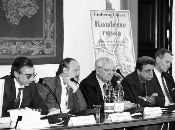 Angelo Guerini, primo da sinistra, con Mikhail Gorbaciov e Achille Occhetto alla presentazione di Roulette russa di Giulietto Chiesa