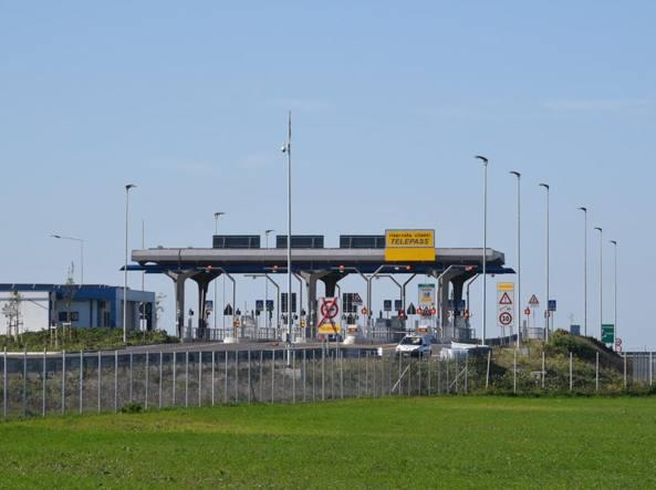 Il casello Foggia Zona industriale pronto da 6 mesi e mai aperto al traffico (Foto Cautillo)