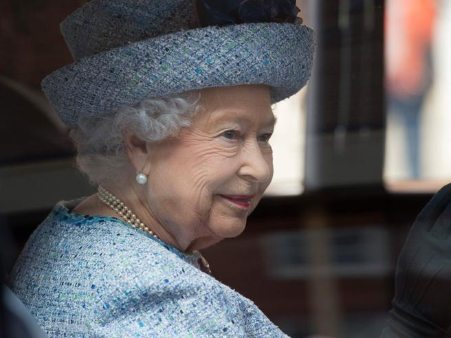 «Il ponte di Londra è caduto» Svelato il piano per il giorno in cui morirà la regina65 anni sul trono|Tutti  i look