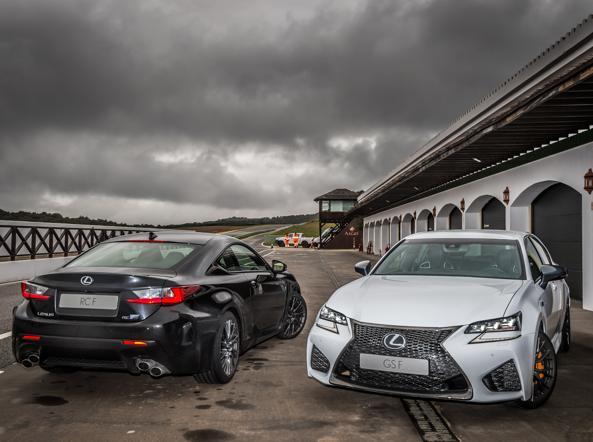 La coupé Lexus RC-F (sinistra) e la berlina GS-F