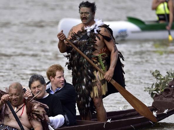 Il principe Harry in canoa sul fiume Whanganui durante una visita nel Paese nel 2015 (Afp)
