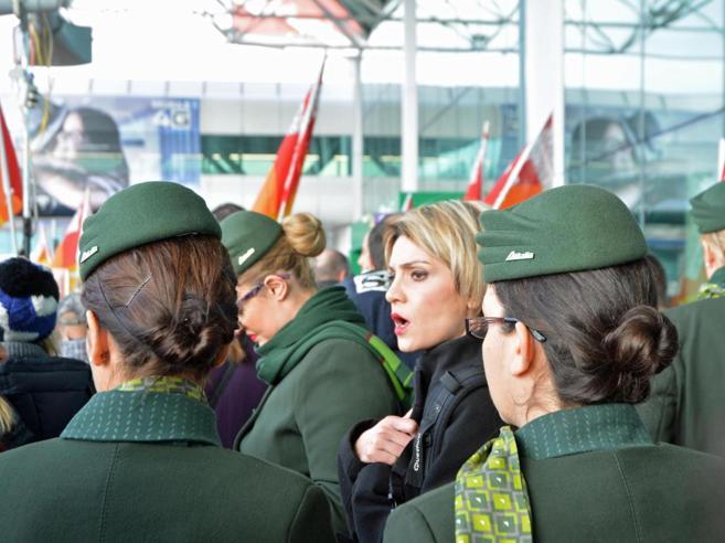 Alitalia, duemila esuberi tra  uffici e  imbarchi Lunedì lo scioperoIl 40% dei voli a terra