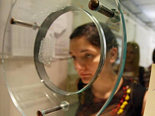 Una ragazza in coda, nel «tunnel» della burocrazia