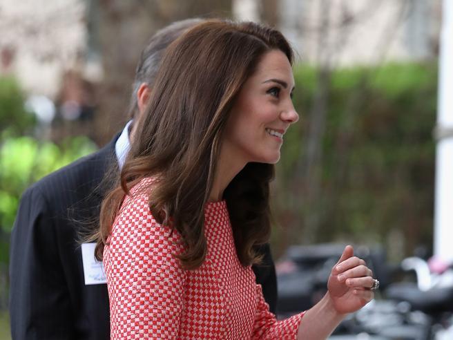 Kate a Londra ricorda le vittime dell'attentato di Westminster: «A loro i nostri pensieri e le nostre preghiere»