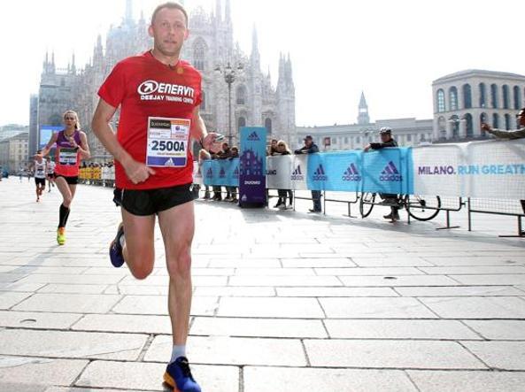 Stefano Baldini al passaggio in piazza Duomo nell'edizione della Milano Marathon dello scorso anno. Nelle altre immagini, alcuni momenti della manifestazione del 2016 (Ansa)