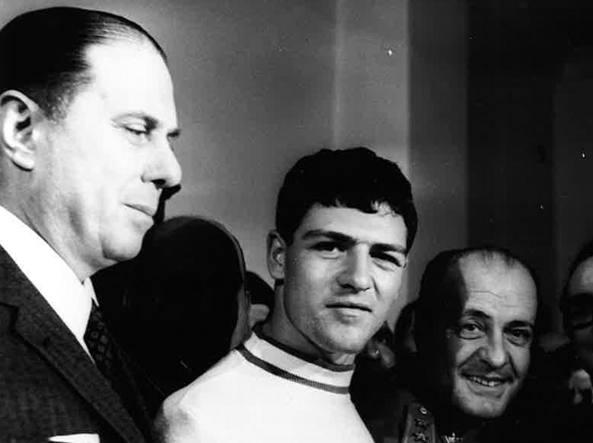 Raffaele Minichiello (con la maglietta bianca) dopo il suo arresto da parte della polizia italiana (foto Archivio Corsera)