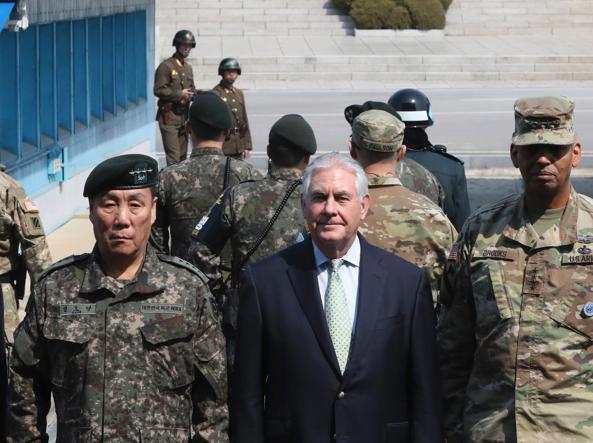 Il segretario di Stato Usa Rex Tillerson al centro al confine tra le due Coree (Afp)