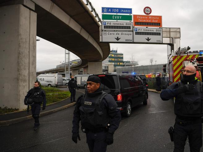 Parigi, attentato all'aeroporto di Orly«Morirò per Allah». Ma viene ucciso La polizia indaga per terrorismo