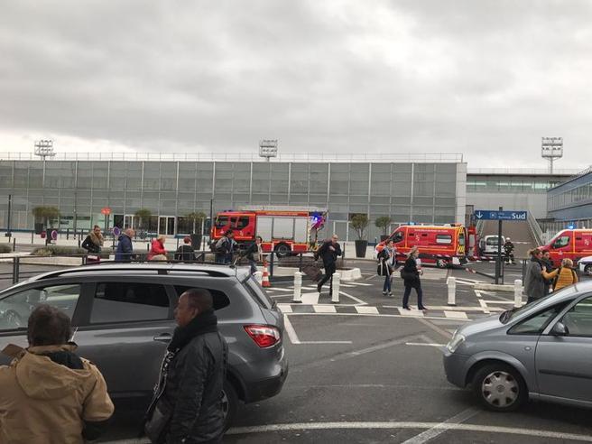 Parigi, spari all'aeroporto di Orly Ucciso un uomo ai controlliForse anche un complice in fuga