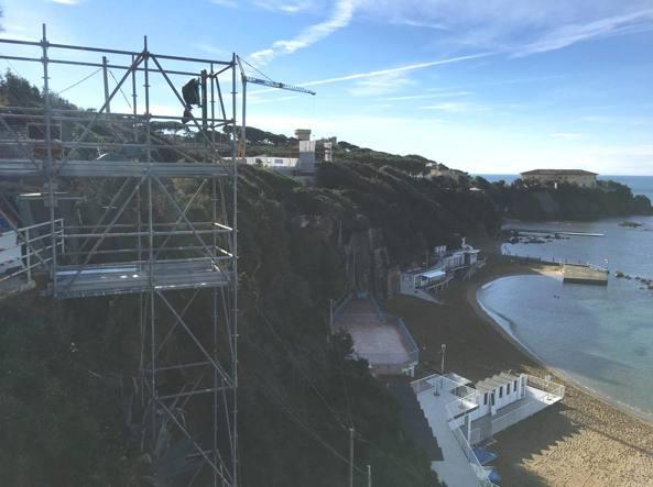 I lavori per l'ascensore sulla spiaggia di Castiglioncello (foto M. Gasperetti)